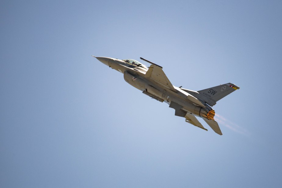 f16-fighting-falcon_26496159625_o